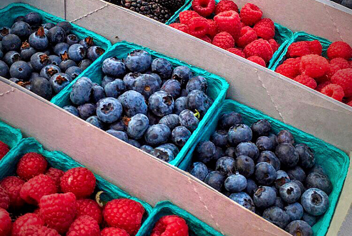 farmers-market-blueberries-raspberries